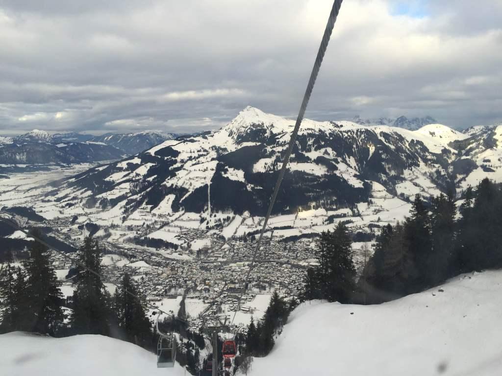 Widok na Kitzbuhel z kolejki na Hahennkamm